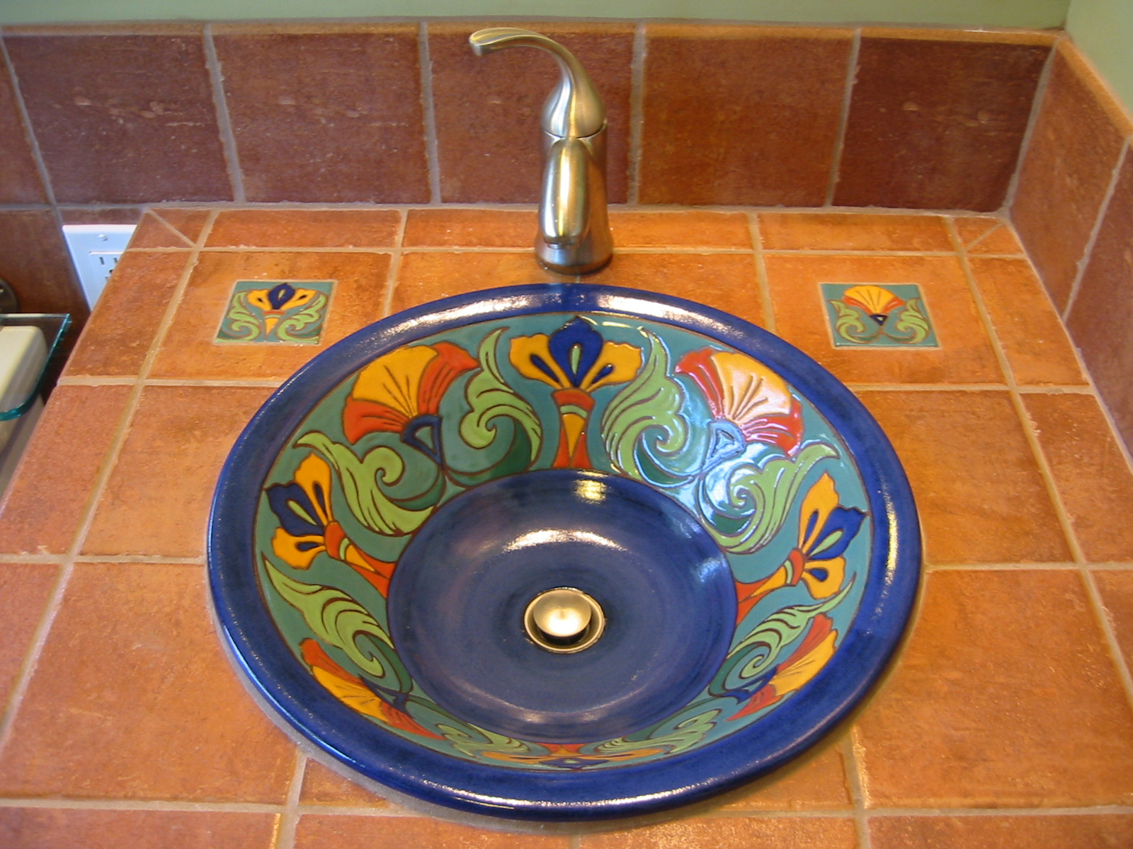 Tile sink with tile inlays